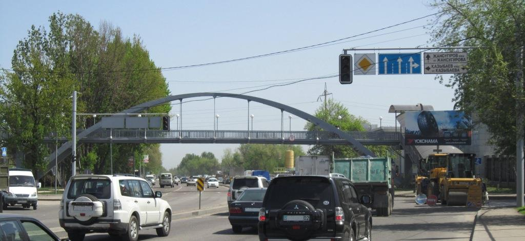 пешеходный мост на Рыскулова возле перекрестка с Казыбаева